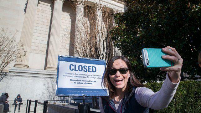 Sin atención. Una joven se saca una selfie frente al edificio de los Archivos Nacionales en Washington.