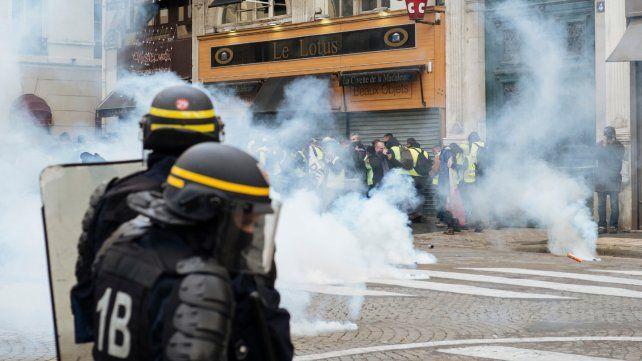 En la calle. La policía francesa empleó gases lacrimógenos para dispersar a los más revoltosos en París.