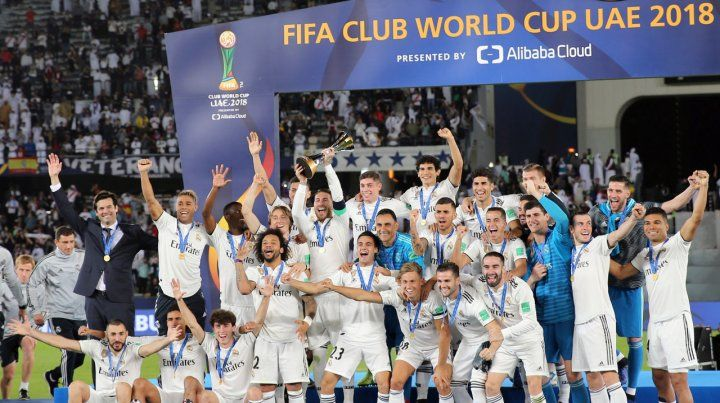 La foto del campeón. El plantel merengue posa en la premiación del Mundial de Clubes.