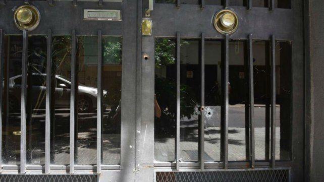 Balean la entrada de un edificio ubicado a la vuelta de la Policía Federal