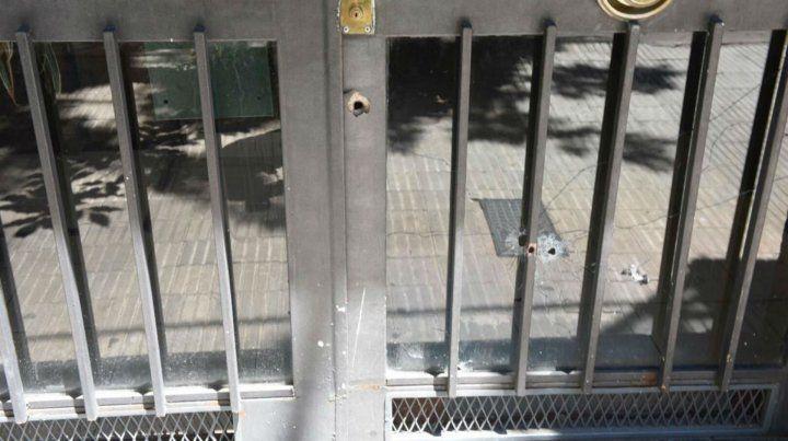 Dos de las balas atravesaron el vidrio y una tercera impactó cerca de la cerradura.