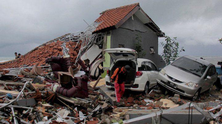 Ya son más de 200 las víctimas fatales por el tsunami en Indonesia