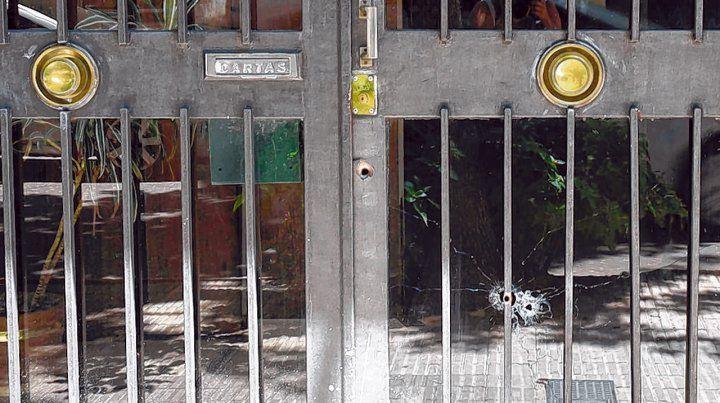 Ayacucho 1459. El domingo a la madrugada cuatro balazos impactaron contra la puerta de ingreso del edificio.