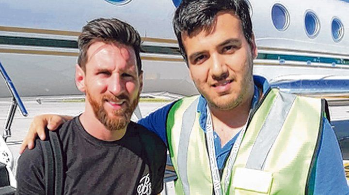 En la pista. Leo posa con un empleado del aeropuerto de Fisherton.