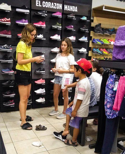 Les pidieron monedas en la calle y ellas los llevaron a comprarse zapatillas