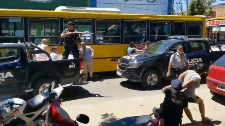 En un video se percibe que un uniformado dispara desde arriba de una  camioneta policial para dispersar a la gente