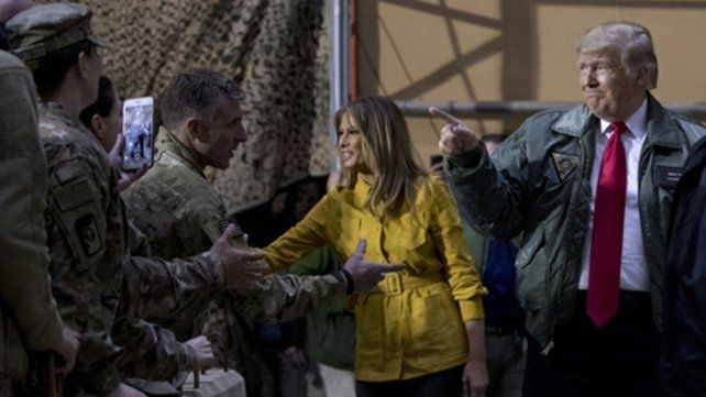 Recorrida. El presidente y su esposa llegaron por sorpresa a Irak para saludar a las tropas estacionadas allí.