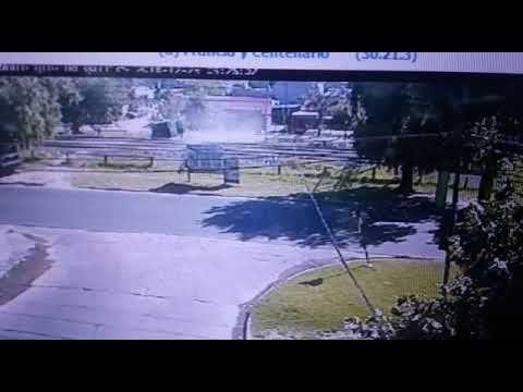 El video muestra el momento en el que dos ladrones chocan contra el terraplén de las vías en una persecución en Ezpeleta.