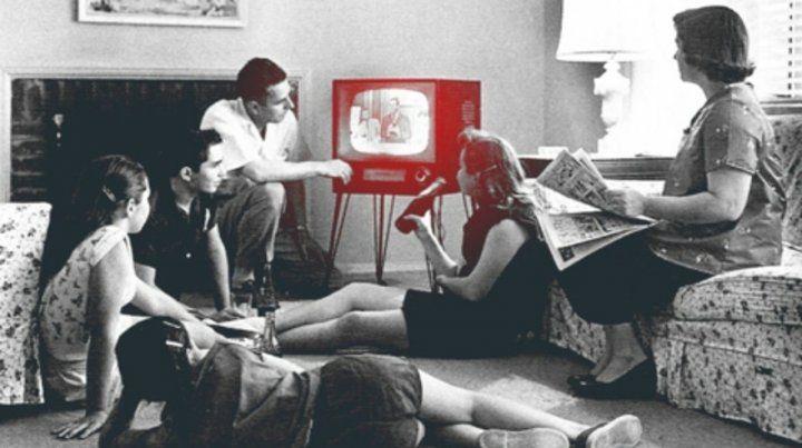 Antes. La familia reunida frente a la pantalla chica