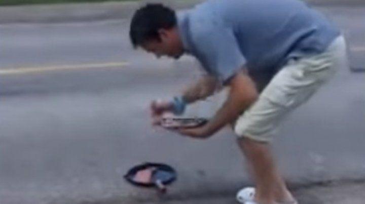 Cocinó un bife sobre el asfalto en plena ruta 34 y lo disfrutó con 60 grados a la sombra