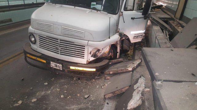 El camión cruzó de carril y pegó contra el muro de contención del túnel. (Foto: @emergenciasAR)