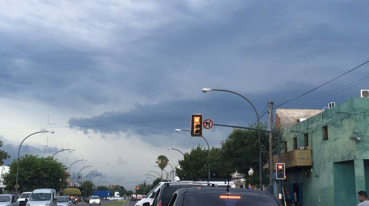 Así se ve el cielo en algunas zonas de Rosario. Las tormentas podrían llegar entre lo que resta del día y la madrugada del sábado. (Foto: @Luciano434)