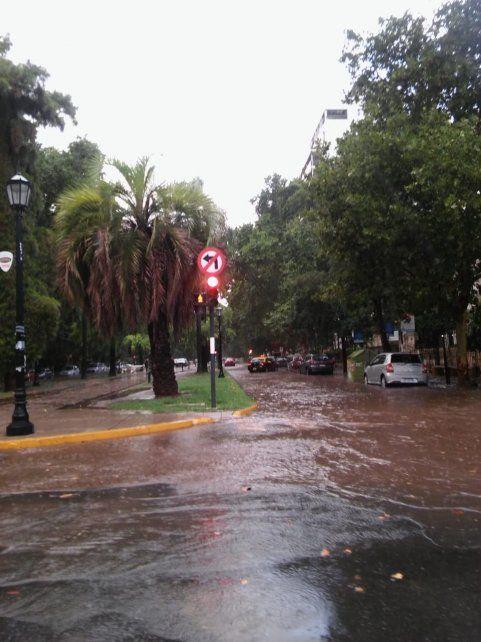 Calles inundadas y zonas anegadas luego del fuerte temporal de lluvia