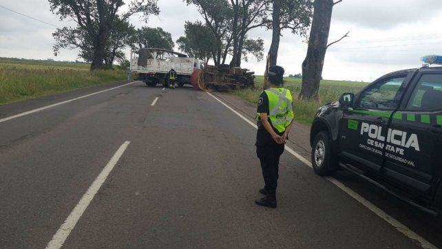 El camión impactó contra unos árboles y volcó.