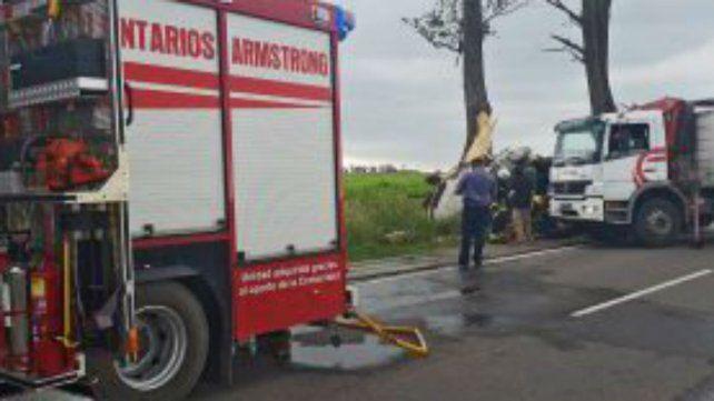 El camión impactó contra un árbol y volcó