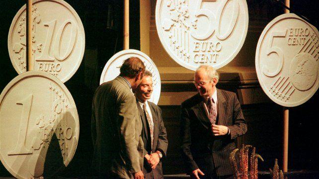 Eurozona. El belga Luc Luycx (centro) presenta el diseño ganador de la moneda de euro