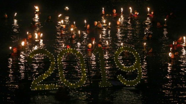 Alemania. Decenas de barcos con velas encendidas despidieron el Año Viejo y recibieron el Año Nuevo.