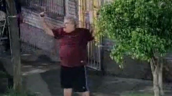 Salió a la puerta de su casa en Lanús y disparó contra los vecinos