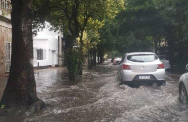 Algunas calles de la ciudad se inundaron por las intensas lluvias.