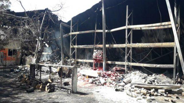 Cenizas. Más de 80 mil litros de pintura ardieron en la fábrica.
