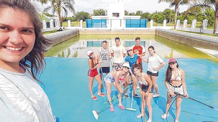 Protagonistas. Los chicos se sumaron a las labores para poner a punto el natatorio.