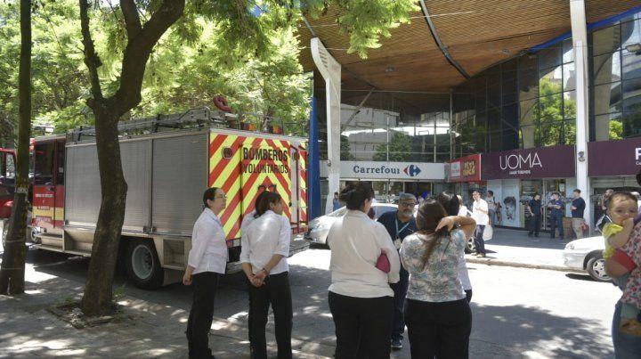 Algunos empleados aguardaron en la vereda de enfrente mientras se desarrollaba el operativo.
