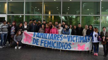 Familiares y amigos de Marisol Ghiraldi, la joven de 23 años que fue quemada por su pareja y posteriormente falleció en el Hospital de Emergencias Clemente Alvarez. (Foto de archivo)
