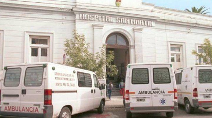 Una ambulancia trasladó a la mujer herida al hospital San Martín.