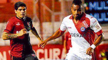 Lenis frente a Newells. El colombiano jugó a principios de 2014 en un 0 a 0 en La Paternal, en la imagen marcado por Ever Banega.