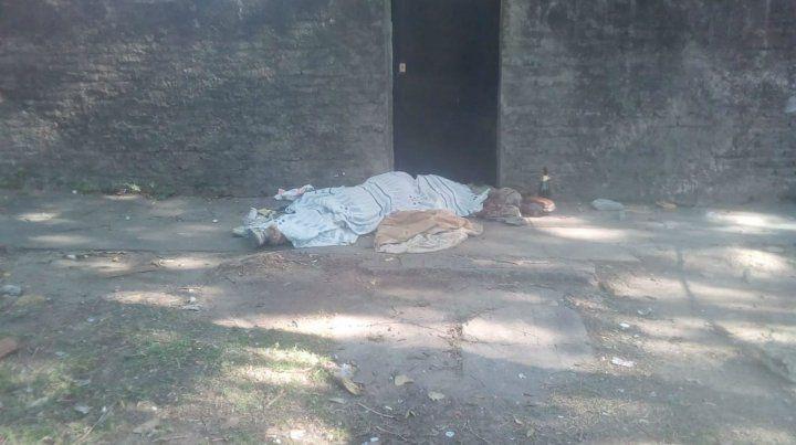 El cuerpo apareció en Olivé y Corazzi. La Policía de Investigaciones trabaja en el lugar.