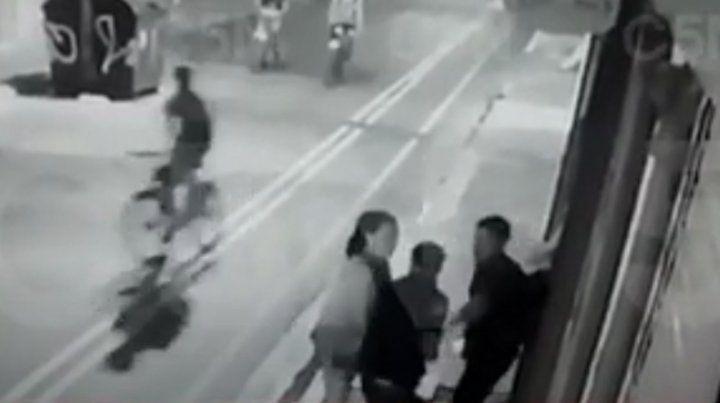 Un cármara de seguridad captó cuando le disparan al turista sueco