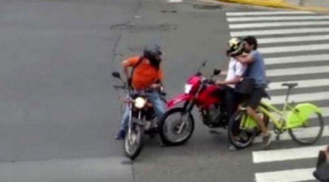 Un video registró como un ciclista persiguió y detuvo a un motochorro