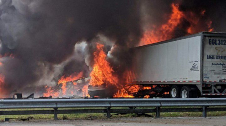 Uno de los camiones que chocó y se incendió.