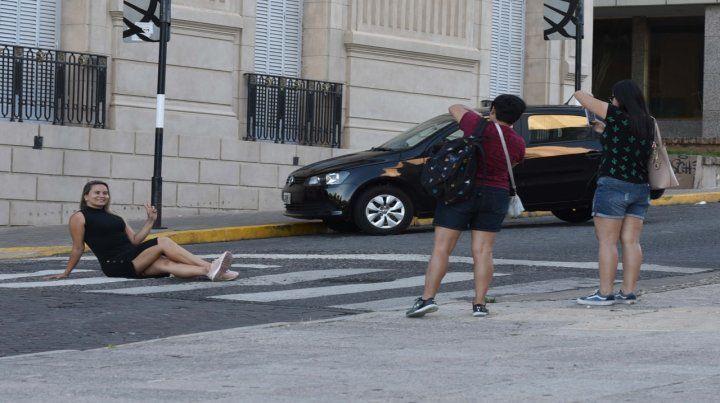 Una turista posó ayer de manera peculiar frente al tradicional edificio del Concejo Municipal.