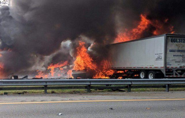 Terrible. Los camiones arden envueltos en llamas y atravesados en la autopista.