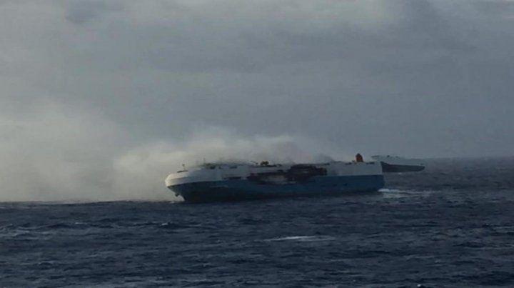 En el Pacífico. La embarcación de bandera panameña es presa del fuego