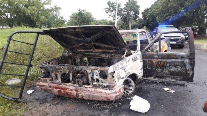 Vecinos del chico baleado quemaron la camioneta Ford F-100 en la que llegó Mandi
