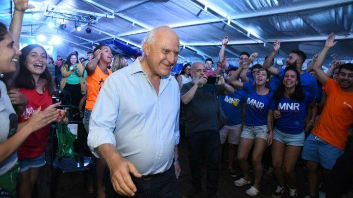 El gobernador junto a los jóvenes socialistas en San Nicolás. Allí brindó declaraciones políticas.