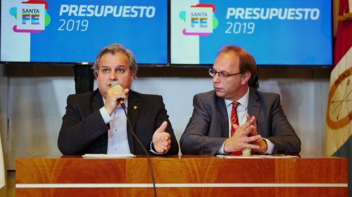 Presupuesto. Los ministros Farías y Saglione presentaron el presupuesto.