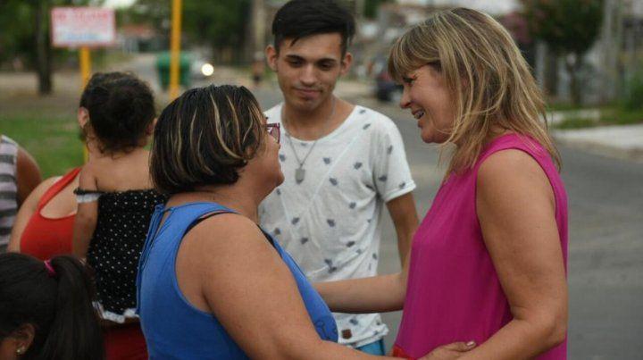 Candidata. Veronica Irizar recorrió varios barrios de la ciudad.