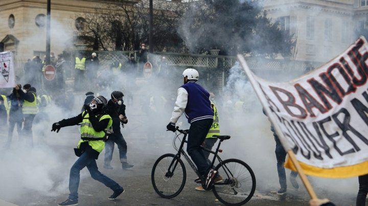Choques. La policía usó gases lacrimógenos contra los grupos radicalizados.