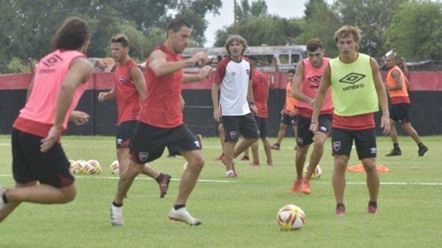 En movimiento. La Fiera Rodríguez maneja la pelota en el entrenamiento. Detrás