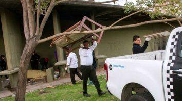 En acción. Agentes de Control Urbano retiran muebles viejos y otros desperdicios de la plaza de las Luces.
