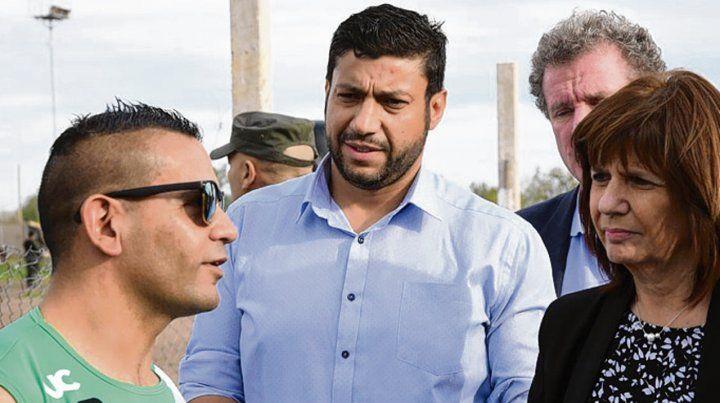 Juntos. El edil Gabriel Chumpitaz (centro) y la ministra de Seguridad.