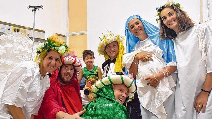 Por los chicos. Los Reyes Magos llevaron juguetes y buen clima al Hospital Vilela.