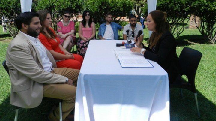 Al aire libre. Una de las uniones matrimoniales en la plaza Rivadavia.