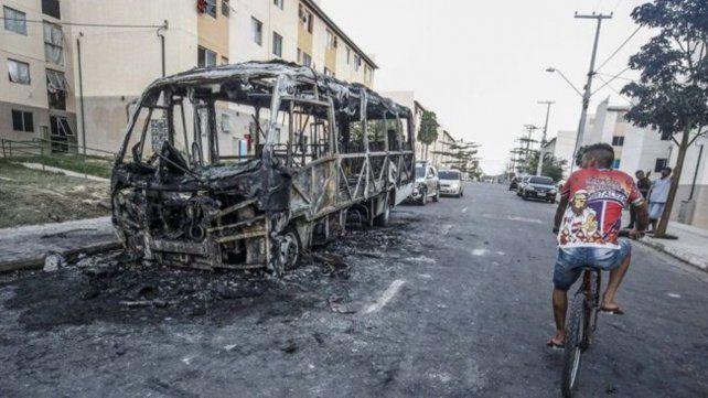 Varios autobuses y vehículos fueron incendiados