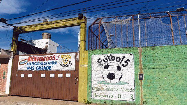 Resistencia. En Italia al 4300 se pretende instalar una antena a metros de esta escuelita de fútbol.