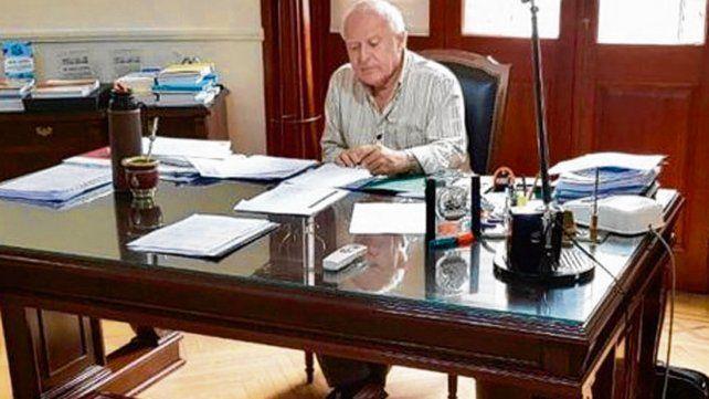 Sin vacaciones. Lifschitz difundió una foto trabajando en su despacho.