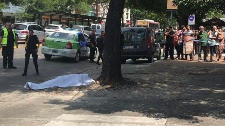 El cuerpo del policía muerto yace en el piso